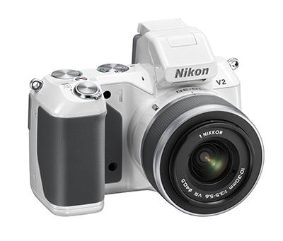 05_Nikon_1_V2_1_Nikkor_VR_10-30_f3,5-5,6_WH_frt34r
