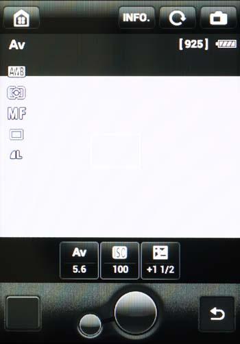 """""""Celownik"""" EOSa 70D z wyświetlonymi dobieranymi parametrami zdjęciowymi (pod kadrem) w trybie Av oraz pozostałymi informacjami podstawowymi."""
