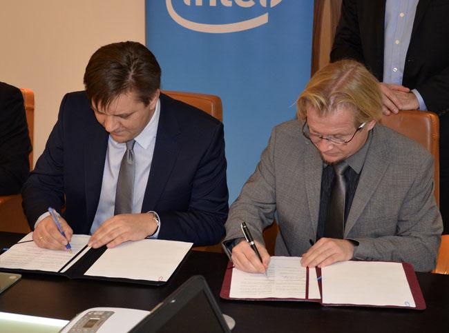 Krzysztof Jonak, szef Intela w regionie Europy Środkowo-Wschodniej i Robert Abramczuk, Prezes Zarządu Posnet Polska S.A. Podczas podpisania listu intencyjnego.