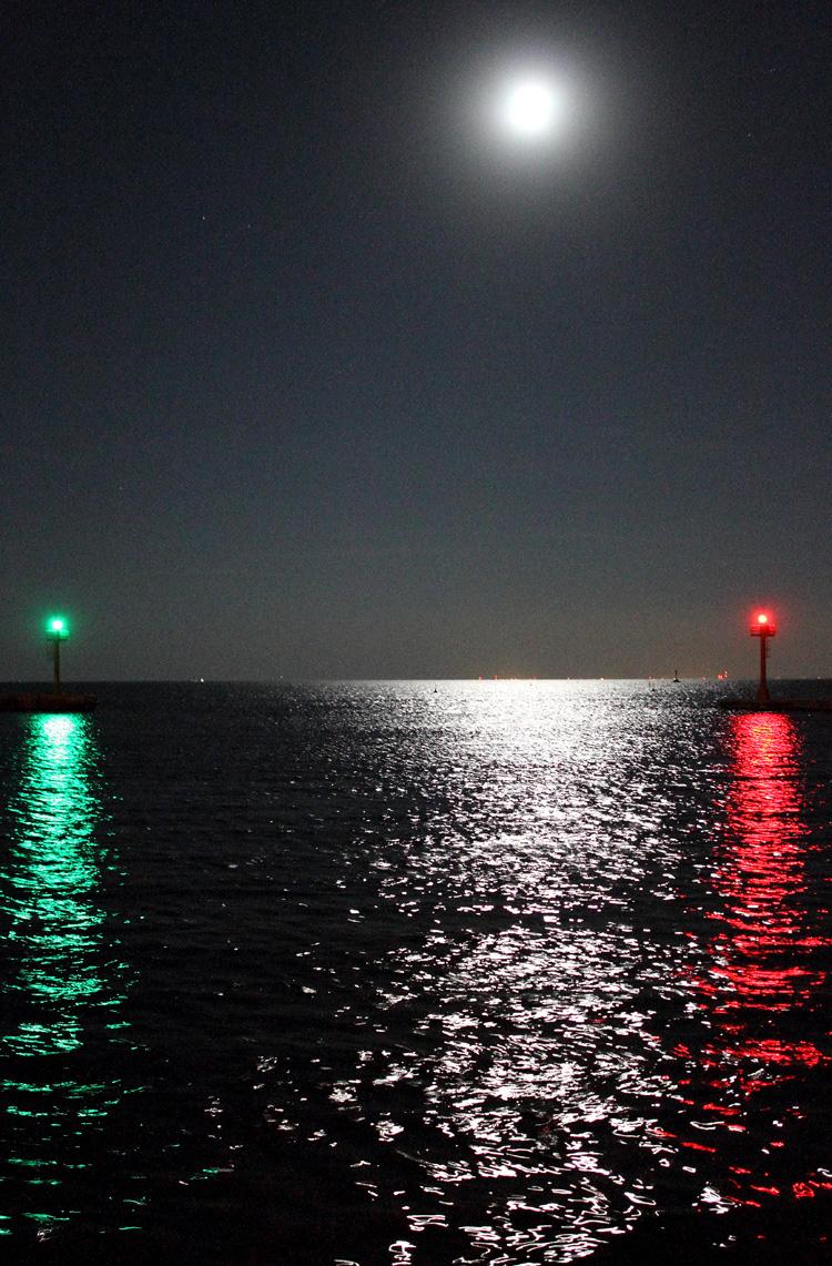 """Nieporuszone zdjęcie z ręki  w świetle Księżyca. Wyjście z portu w Jastarni przy """"pełnej dziurze"""" obiektywu.  Canon EOS 7D  + EF 24 mm f/2,8 IS USM, ekspozycja 1/6 s, f/2,8, czułość ISO 3200."""