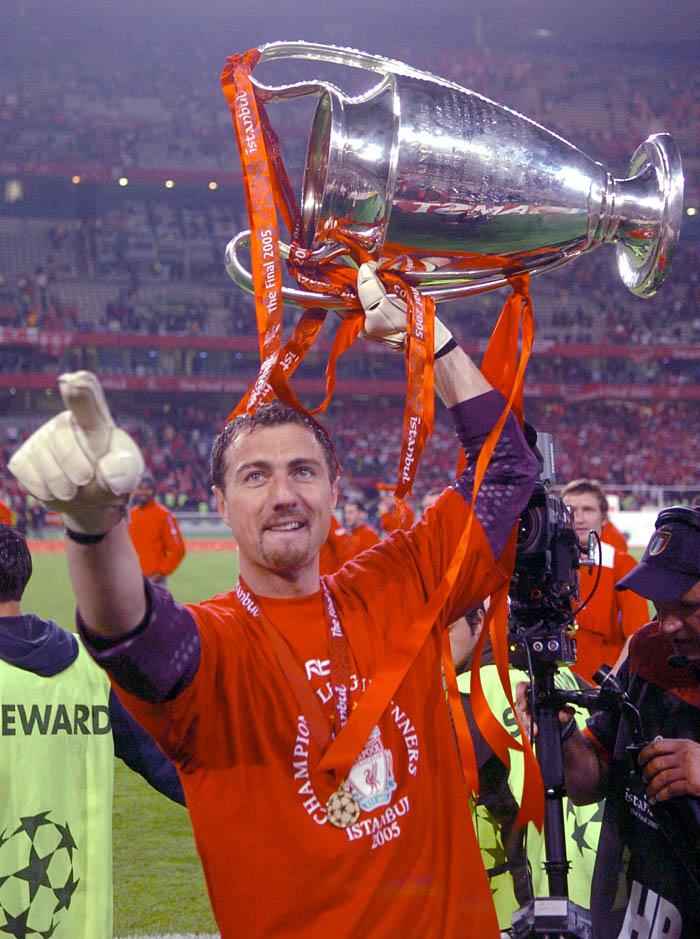 Jerzy Dudek z Pucharem Europy po meczu finałowym Ligi Mistrzów FC Liverpool - AC Milan, Turcja, 2005. Fot. © Adam Nurkiewicz / Mediasport. Wszelkie prawa zastrzeżone.