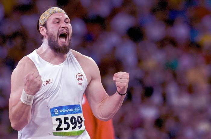 Tomasz Majewski po wygranej i zdobyciu złotego medalu podczas letnich igrzysk w Pekinie, 2008. Fot. © Adam Nurkiewicz / Mediasport. Wszelkie prawa zastrzeżone.