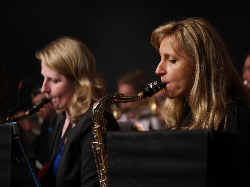 Zoom  35-100 mm, najdłuższa ogniskowa, f/2,8. Kadr lekko przycięty zdołu izlewej. Na zdjęciu saksofonistki zzespołu Jazz Combo Volta.